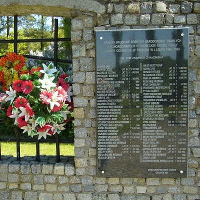 "Am Ort des ehemaligen ""Arbeitserziehungslagers"" erinnert heute ein Denkmal an die Opfer"