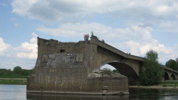 Die im 2. Weltkrieg zerstörte Oderbrücke bei Kłopot-Eisenhüttenstadt ist heute ein beliebtes Ausflugsziel. (Foto: Caroline Mekelburg)
