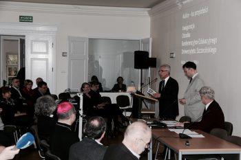 Rektor Prof. Dr. Edward Włodarczyk, Dr. Pawel Migdalski und Dr. Sławomir Szafrański bei der Eröffnung des Konferenz- Bildungszentrums der Universität Stettin in Kulice März 2016.