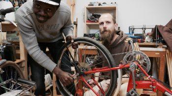 Repair-Café: In der Selbsthilfewerkstatt reparieren Freiwillige defekte Fahrräder und Möbel (Foto: Michael Kurzwelly)