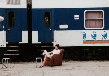 Jugendliche touren mit ihrem Kulturprogramm 2002 durch die Bahnhöfe Liberec (Reichenberg), Görlitz-Zgorzelec, Jelenia Góra (Hirschberg), Kamienna Góra (Landeshut), Wrocław (Breslau), Prag, Turnov (Turnau) und Zittau.
