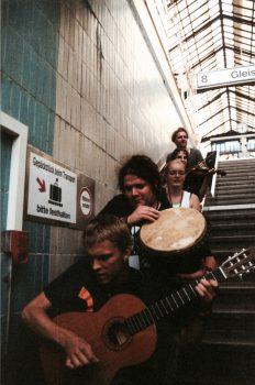 Aus einem Musikworkshop entsteht das Beatorchester Olga batikt T-Shirts, sie begleiten das Kulturprogramm und nehmen eine CD auf.