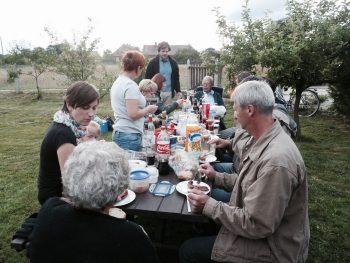 Zusammen unterwegs in der Oderregion: der Tandemkurs beim Picknick in Neuzelle 2011.