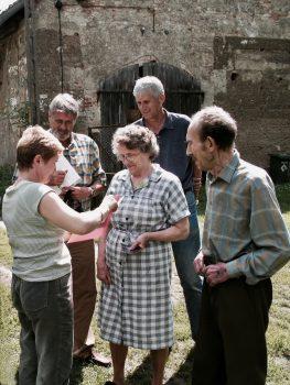 Niemieccy goście i polscy gospodarze opowiadają historie i pokazują stare dokumenty dotyczące ich domu. (Zdjęcie: Stephan Felsberg)