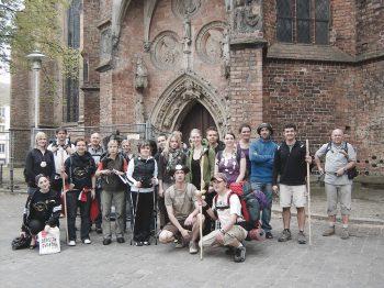 TeilnehmerInnen des Jakobsweg-Seminars vor der Frankfurter Marienkirche mit Pilgern aus der Region.