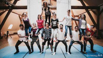 Internationale Jugendbegegnungen sind ein guter Ort für inklusive Arbeit. Abschlussvorstellung des Zirkusworkshops der Jugendbegegnung Brückenschlag im Mai 2016. (Foto: Harmony Art)