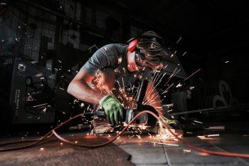 In der Metallwerkstatt schweißen Jugendliche aus ganz Europa Kunstwerke für die Gedenkstätte des NS-Kriegsgefangenenlagers.