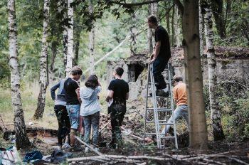 Im Archäologie-Workshop bergen Jugendliche die Hinterlassenschaften der Gefangenen aus dem Waldboden.