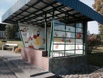 In Poźrzadło Wielkie organisierte die Bürgermeisterin Festivals und Workshops zur Glasmalerei. Auch die örtliche Bushaltestelle wurde in das Projekt einbezogen.