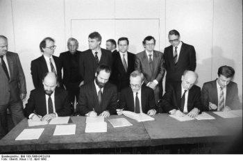 12. April 1990: Die an der neuen DDR-Regierung beteiligten Parteien unterzeichnen Koalitionsvereinbarung. v.l.n.r.: Rainer Eppelmann, Markus Meckel, Lothar de Maiziere, Hans-Wilhelm Ebeling und Prof. Dr. Rainer Ortleb. (Foto: Klaus Oberst)