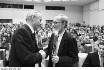 Der Vorsitzende des Ministerrates der DDR Hans Modrow (l.) gratuliert seinem Amtsnachfolger Lothar de Maizière (CDU) zur Wahl. (Foto: Bernd Settnik)